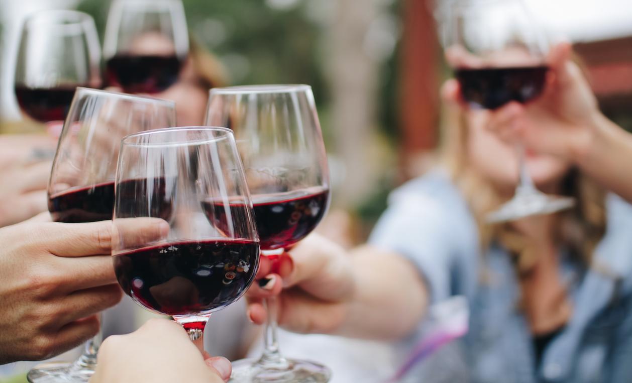 Calice di vino in compagnia